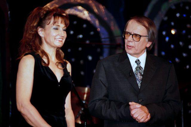 Pak přišel rok 2004 a Zuzce Bubílkové umřel Šimek,  od moderování pořadu S politiky netančím ji to neodradilo | foto: Česká televize