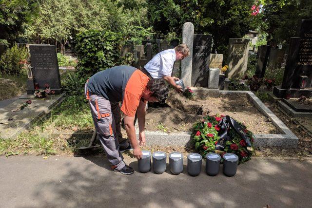 Osamělé lidi a bezdomovce pohřbívá Praha 7 na hřbitově a s obřadem, jinde jen rozsypají popel