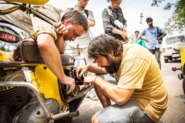 Žluté trabanty vyrážejí z Indie na velkou cestu domů