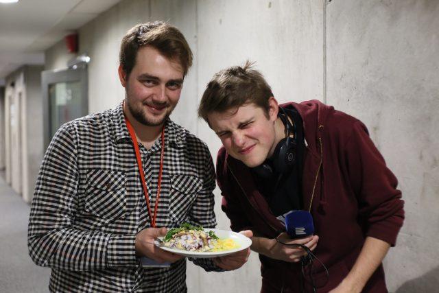 Rafael s kamarádem Tondou Keprtou nafotil nejdřív posh rizoto z trendy restaurace a pak i jakýsi bizarní výtvor z kuchyňky Českého rozhlasu,  sestávající z náhodných surovin,  jejichž cena osciluje kolem třiceti korun | foto: Barbora Linková