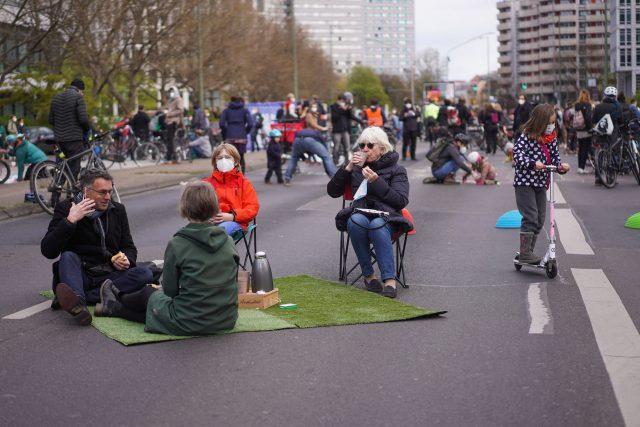 Berlíňané se na rozdíl od Pražanů více sdružují ve spolcích a prosazují své zájmy. Na snímku zahájení sběru podpisů pod petici Berlin car-free z 25. dubna 2021