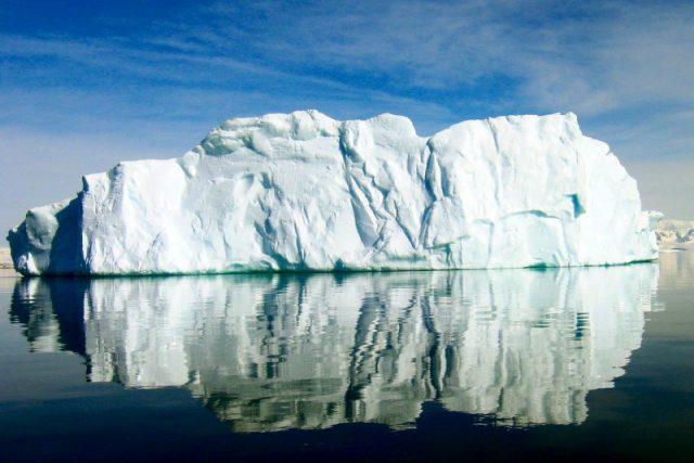 Ledovec poblíž Antarktidy