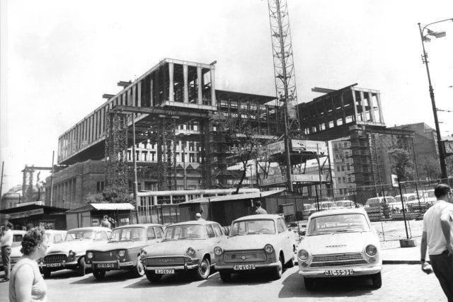 Výstavba budovy FS. 20. 4. – 12. 6. 1968 probíhalo zvedání superstruktury nad dřívější Burzovní palác. Konstrukce nástavby tvořená z Vierendeelových nosníků se stala hlavním principem Pragerových experimentálních projektů a urbanistických vizí.