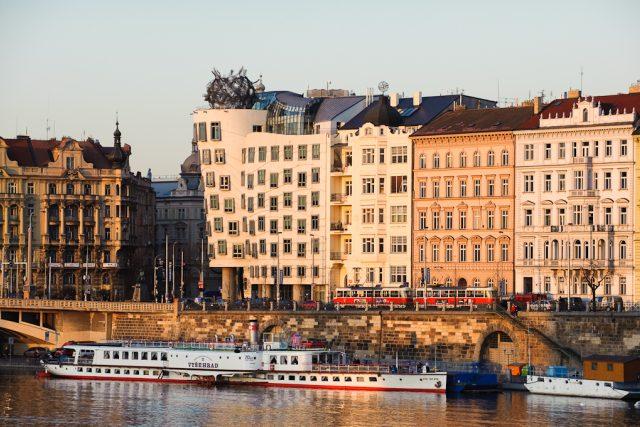 Rašínovo nábřeží a Tančící dům v Praze