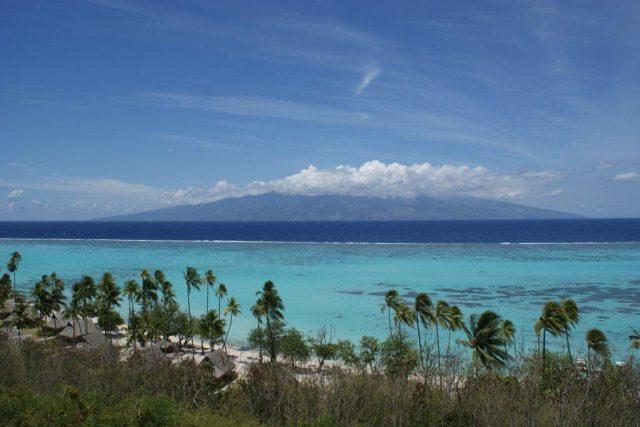 Ostrov Moorea v pozadí Tahiti