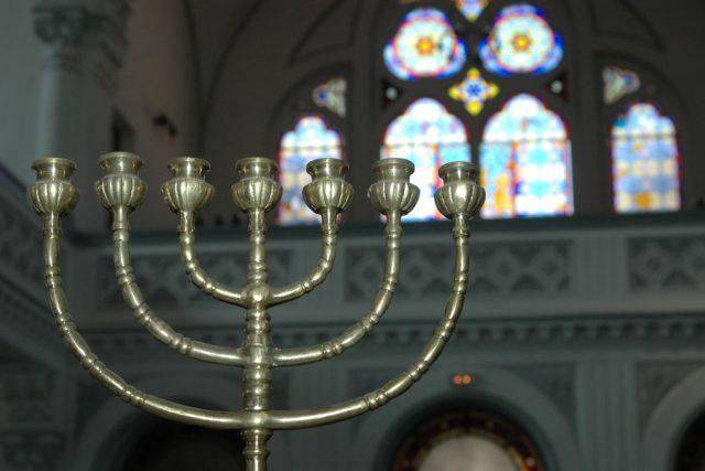 Sedmiramenný svícen (menora) v synagoze v Brašově