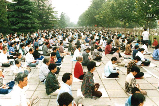 Typické cvičení v Pekingu před oficiálním zákazem Falun Gongu – 2000 cvičících, rok 1998