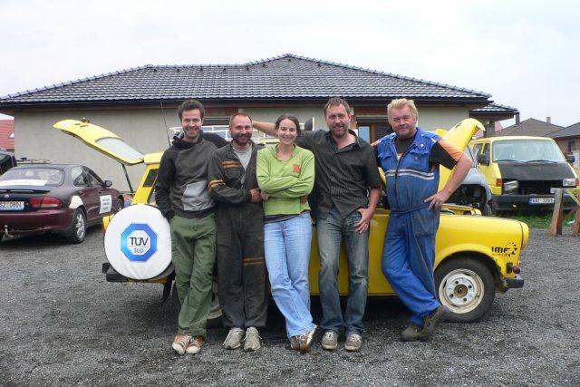 Část posádky s automechaniky při přípravách cesty
