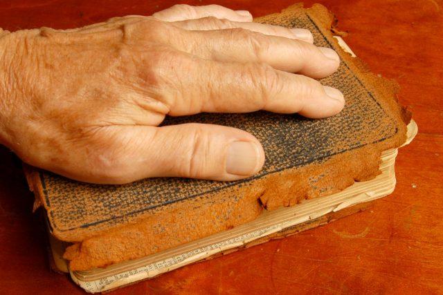 Ruka na Bibli. Ilustrační foto