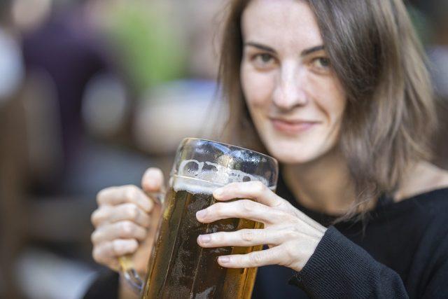 žena, pivo