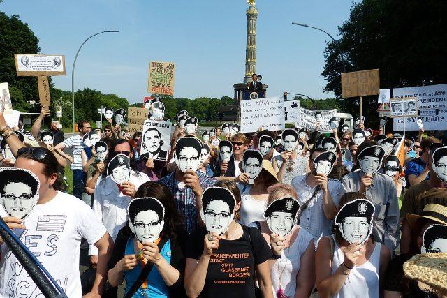 Protesty proti sledování NSA (protestující mají masky Edwarda Snowdena a Bradley Manninga) .jpg