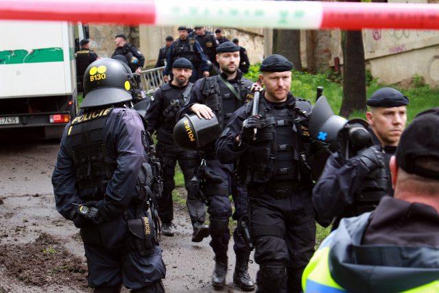 Část policistů se připravovala k odchodu