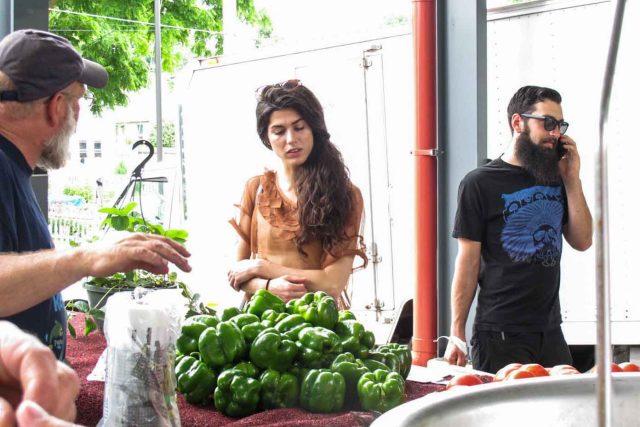 Hipstři na trhu - hipster - farmářské trhy