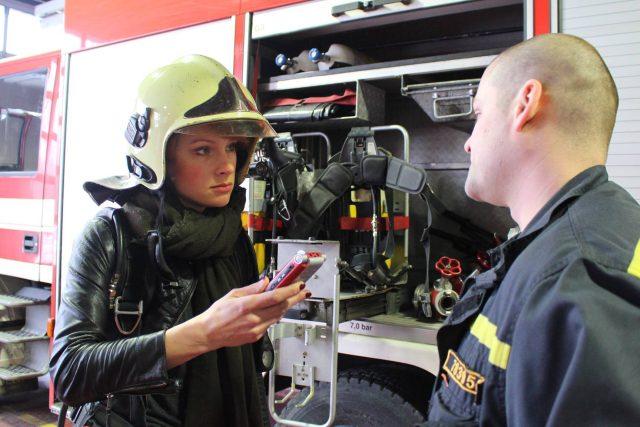 Bára Šichanová strávila den s hasiči