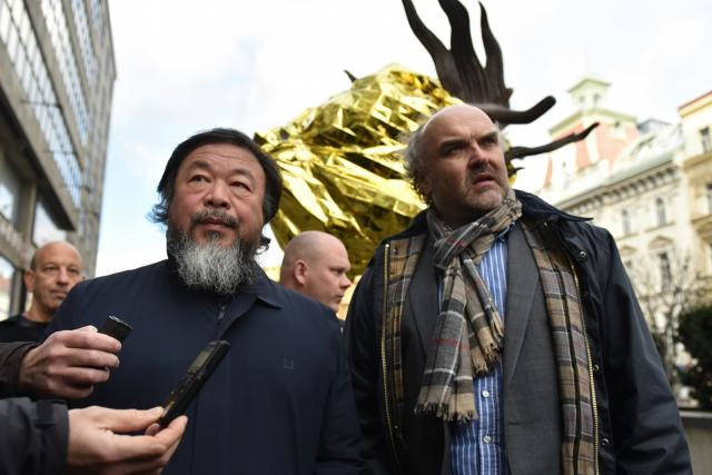 Čínský umělec Aj Wej-wej a ředitel Národní galerie Jiří Fajt