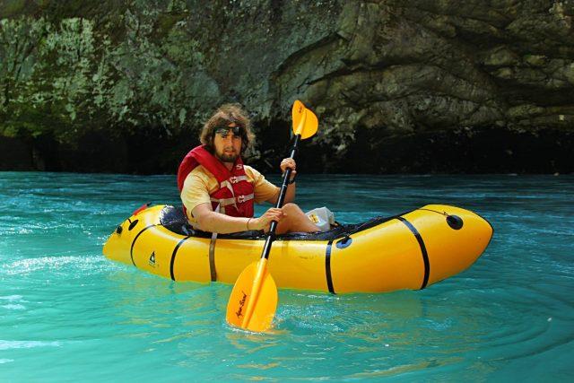 Nafukovací člun packraft váží pouhé 2,5 kg a snadno se po sbalení vejde do batohu - cestování tak posouvá do další dimenze