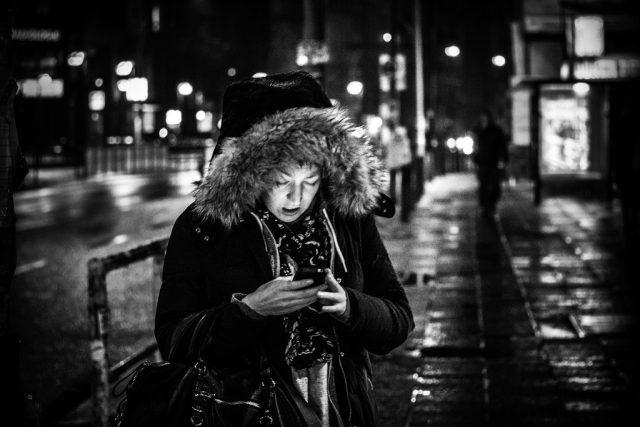 Žena s telefonem