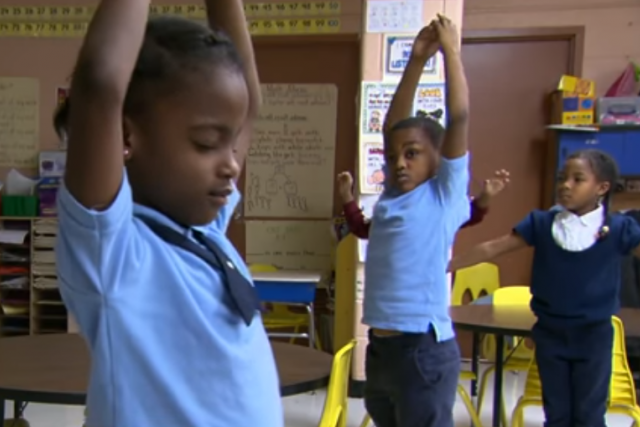 Printscreen z videa Baltimore students get meditation, not detention z kanálu CBS This Morning