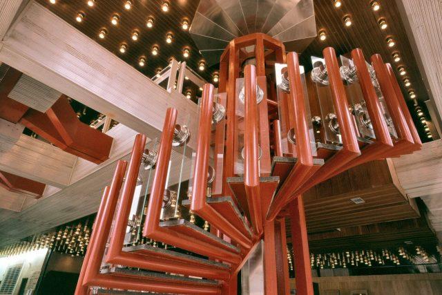 Točité schody v hale Transgasu na historické fotografii. Dělníci už je rozebrali