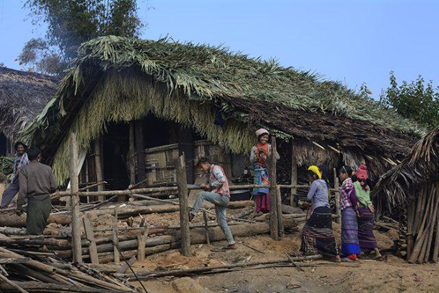 Nágové, někdejší lovci lebek, žijí v horském pralese na hranici Indie a Barmy