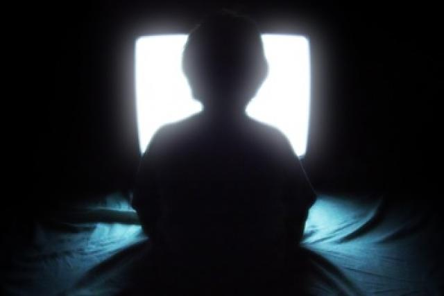 dítě - televize - dítě sledující televizi
