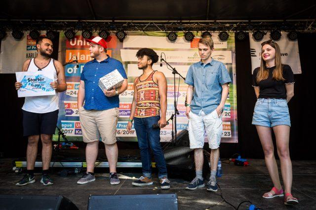 Jonáš Zbořil předává cenu vítězům pořadu Startér v roce 2017, kapele Silver Springs
