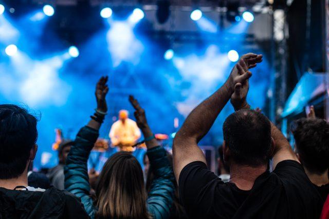 Publikum na sobotní Radio Wave New Stagei na festivalu Metronome v roce 2018