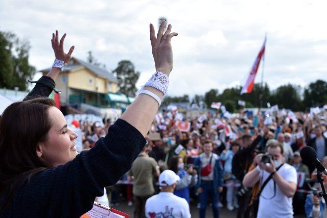 V nejvýraznější Lukašenkovu protikandidátku se v posledních týdnech překvapivě vyprofilovala Svjatlana Cichanouská,  žena blogera Sjarheje Cichanouskiho,  který byl zadržen při sběru podpisů a uvězněn | foto: Fotobanka Profimedia