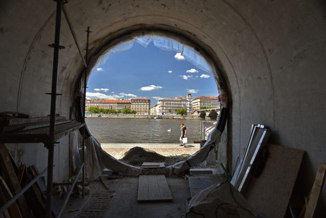 Náplavka na Rašínově nábřeží v Praze, rekonstrukce kobek