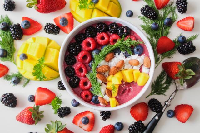 Zdravá strava - ovoce - snídaně - lesní plody