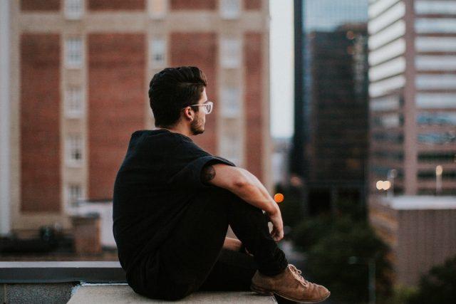 muž - sedící muž - město