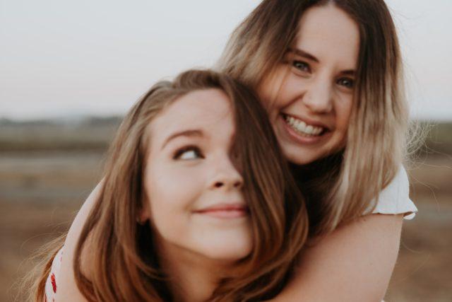 objetí - v objetí - teenagers | foto: Unsplash,  CC0 1.0