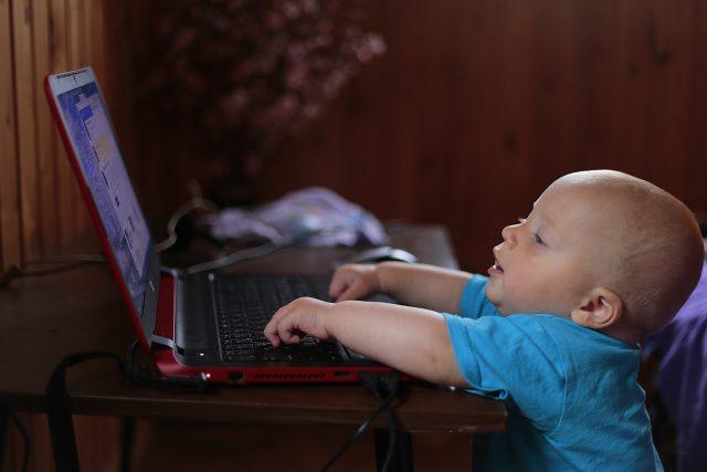 Závislost na televizi,  videohrách i smartphonu se může podle psychologa objevit v každém věku   foto: Pexels,  CC0 1.0