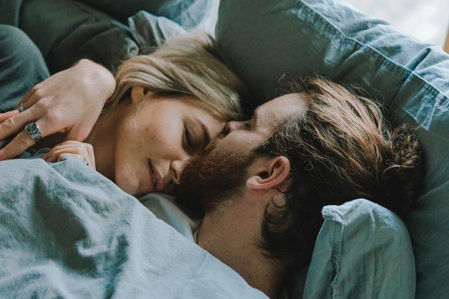 Láska – sex – pár – mileniál