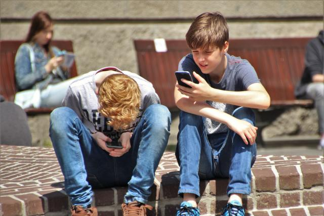 děti s telefonem - teenagers - kyberšikana