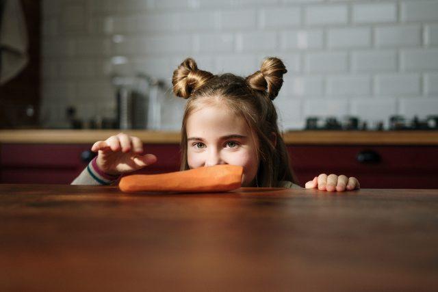Odborníci se většinou shodnou,  že pokud má být dítě krmenou jen rostlinnou stravou,  je potřeba,  aby byla nejen co nejpestřejší,  ale aby obsahovala i různé potravinové doplňky    foto: Pexels,  CC0 1.0