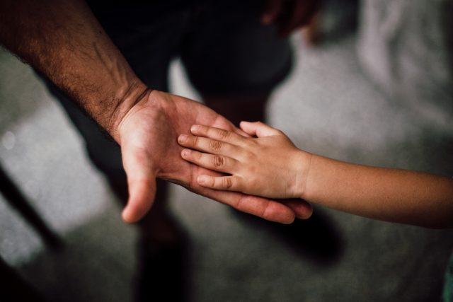 Otec a syn - dítě - ruce - rodina - rodiče