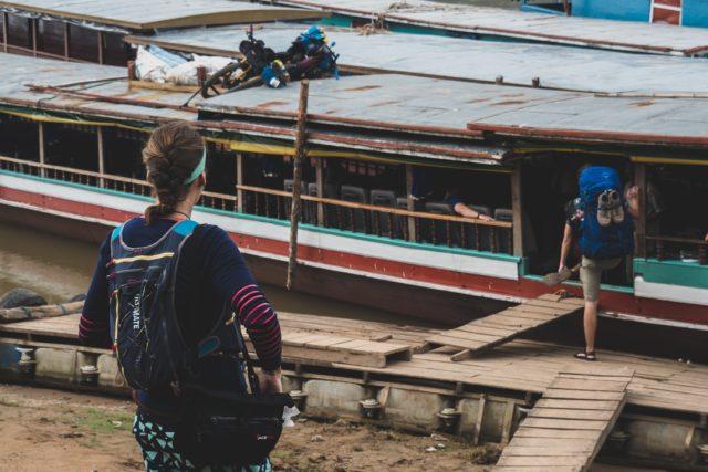 """Kola naložená na """"slow boat"""" na cestě do Luang Prabang, Laos"""