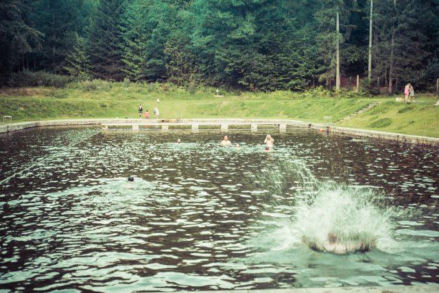 V Liberci pod Jizerskými horami leží prvorepublikové koupaliště,  které léta chátralo. Před pár lety se ho podařilo zrekonstruovat | foto: archiv spolku Lesní koupaliště