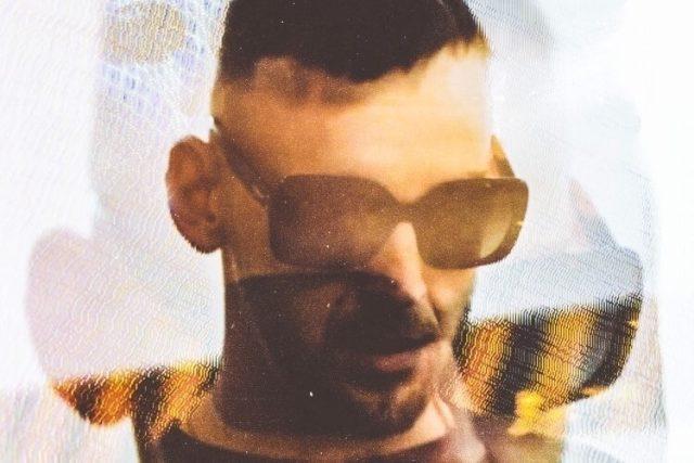 Hugo Toxxx na obalu singlu Na můj krk