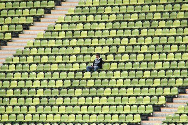 prázdný stadion