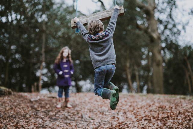 děti,  hra venku | foto: Unsplash,  CC0 1.0