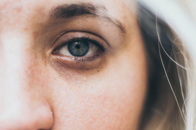 Oko - smutek - žena - úzkost