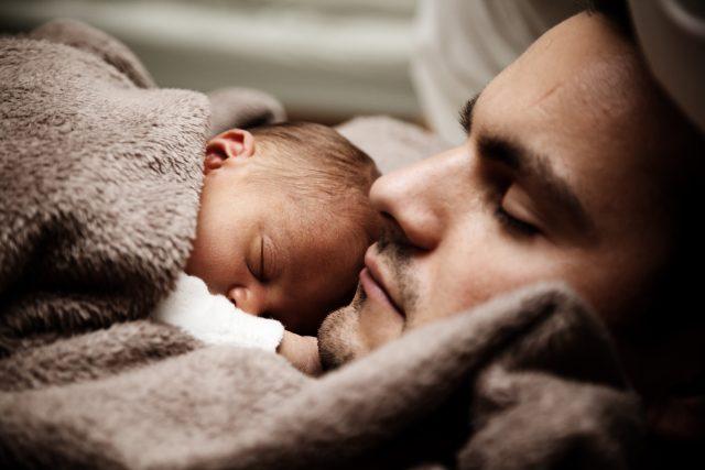 spící mimino - otec a novorozeně