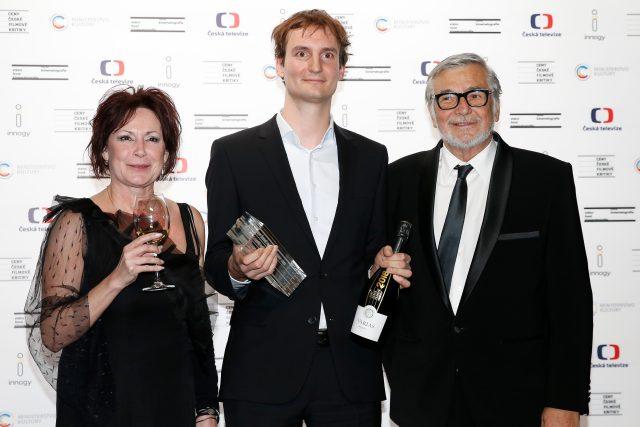 Na snímku Olmo Omerzu s cenou za nejlepší režii, vlevo Ilona Svobodová, vpravo Jiří Bartoška na Cenách české filmové kritiky 2019