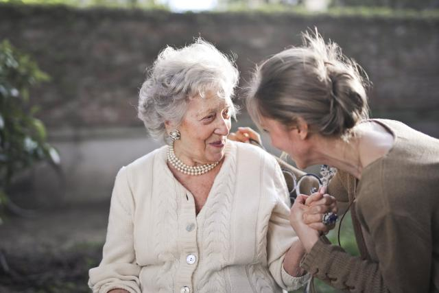 matka a dcera, pomoc, pečovatelka