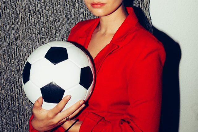 žena, fotbal, míč
