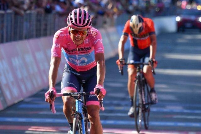 Richard Carapaz v cíli 20. etapy. Růžový trikot se mu podařilo udržet až do konce Giro d'Italia.