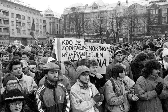 Informace o 17. listopadu dorazily do Ostravy později, ale lidé začali spontánně plnit náměstí s názvem Lidových milic