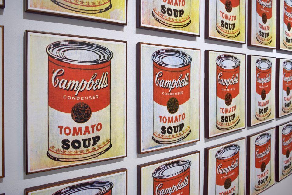 Plechovky Campbellovy polévky od Andyho Warhola v MOMA